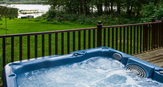 Dunnock Lodge - private lakeside hot tub