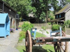 Farmyard gardens next to Granary